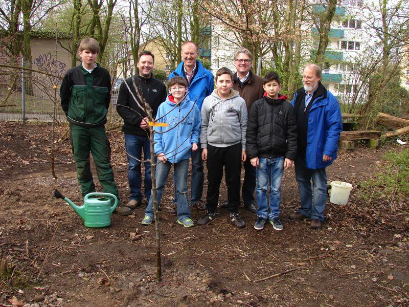 Neue Apfelbäume im Schulgarten der Fritz-Steinhoff-Gesamtschule