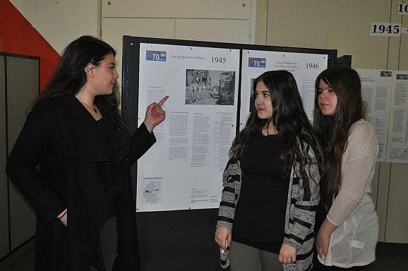 """Ausstellung der Klassen des 10. Jahrgang: """"70 Jahre-70 Bilder"""""""